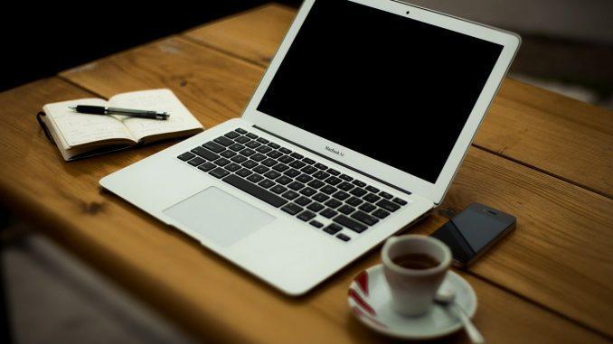 Ordenador y café
